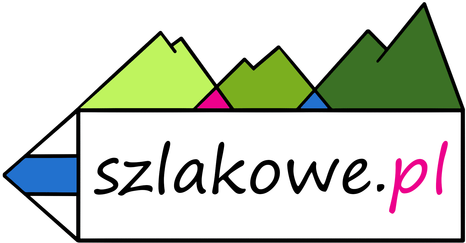 Flaga akcji zdobywamy szczyty dla hospicjum przypięta do niebieskiego plecaka na tle drewnianego budynku schroniska na Słowiance