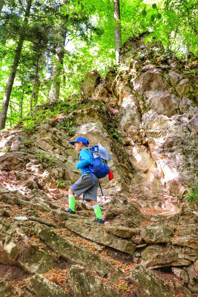 Dziecko pokonujące strome podejście na szlaku