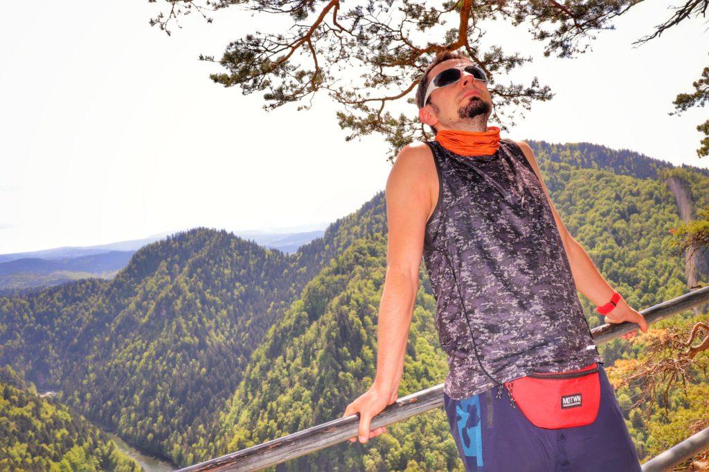 Turysta opierający się o barierki, punkt widokowy pod Sokolicą, krajobraz górski