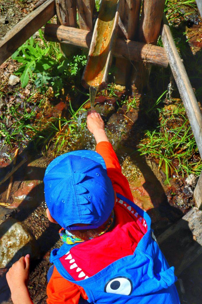 Dziecko moczące rączkę w potoku - Pieniński Potok w drodze na Trzy Korony
