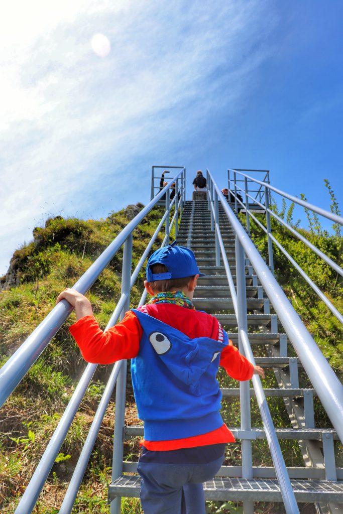 Dziecko wchodzące po stromych schodach na punkt widokowy Trzy Korony