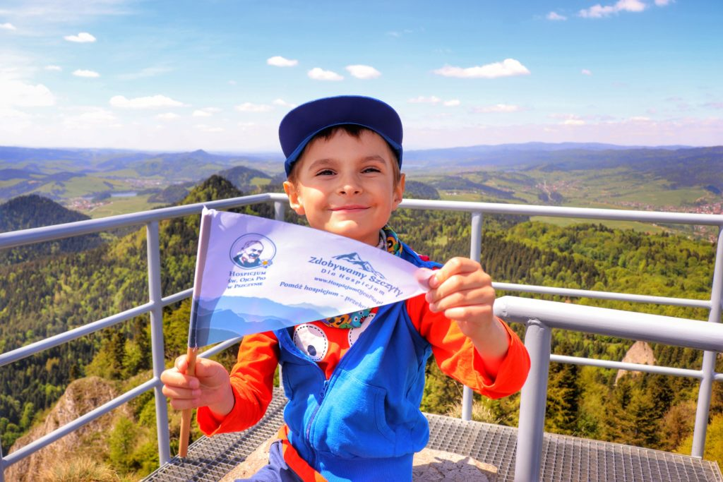 Mały turysta, zadowolone dziecko na szczycie Trzy Korony w Pieninach