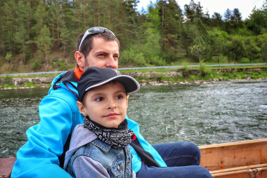 Splyw Dunajcem, dziecko z tatą na tratwie