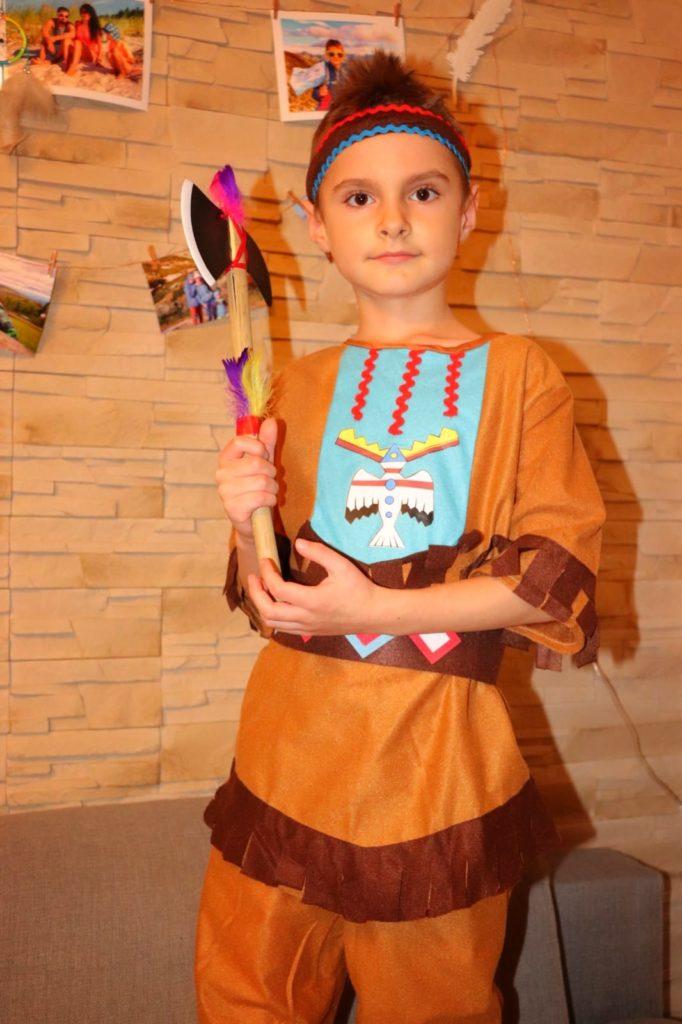 Dziecko przebrane za Indianina